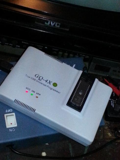 O aparelho usado para gravar a alteração no chip
